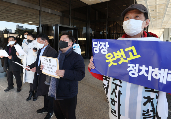 Liberal civic groups hold a press conference outside the Seoul Central District Prosecutors' Office on Thursday, announcing that they are filing a criminal petition to investigate Prosecutor General Yoon Seok-youl on charges of abuse of power and dereliction of duty. [YONHAP]