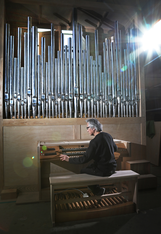 Orgelbaumeister Hong Sung-hoon tests a pipe organ that he is building. [PARK SANG-MOON]
