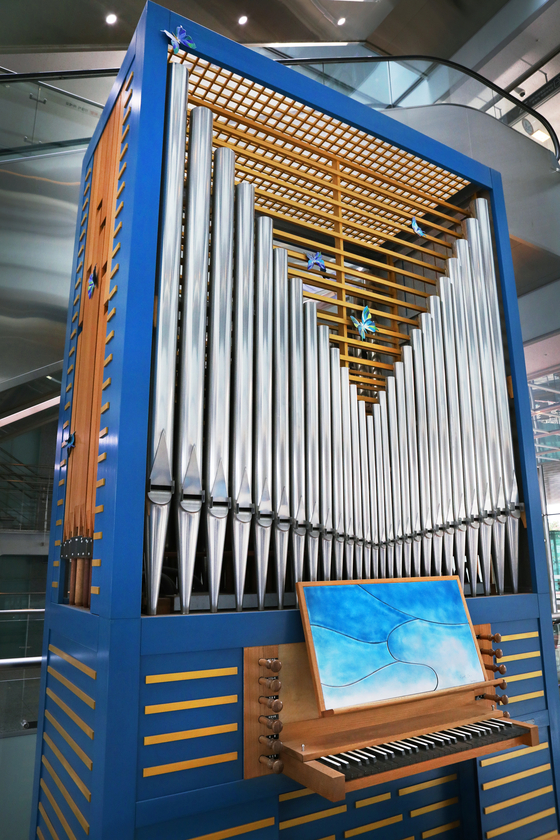 A blue organ made by Hong Sung-hoon in the lobby of DMC Tower in Sangam-dong of Mapo District, western Seoul. [PARK SANG-MOON]