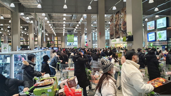 A discount warehouse store in Nowon District, northern Seoul, is crowded with customers on Saturday afternoon. [NEWS 1]