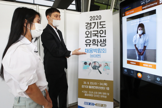 A foreign student recording a video interview during a job fair held at Kyonggi University in September. [YONHAP]