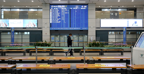 Incheon International Airport is empty Wednesday amid a global spike in Covid-19 cases and the Korean government's ban on all flights from Britain through the end of the year responding to concerns over a new coronavirus variant detected in the country. [NEWS1]