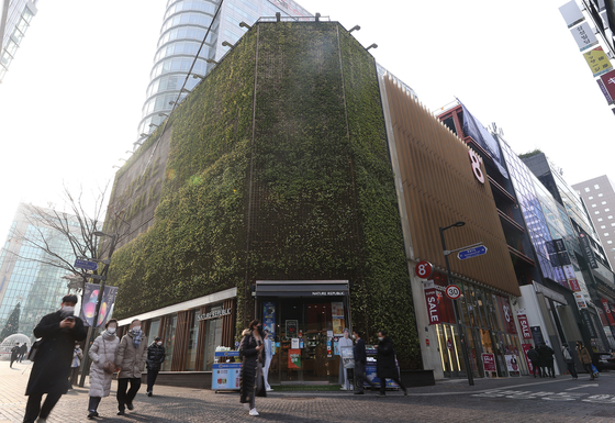Nature Republic's store in Myeong-dong, central Seoul, on Dec. 23. The land on the cosmetics store remained as the most expensive land in the country for 18th consecutive years. [YONHAP]