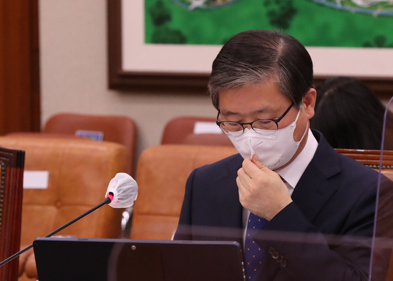 Byeon Chang-heum, Korea's land minister nominee, at his confirmation hearing at the National Assembly's committee on land and transportation on Wednesday. [OH JONG-TAEK]