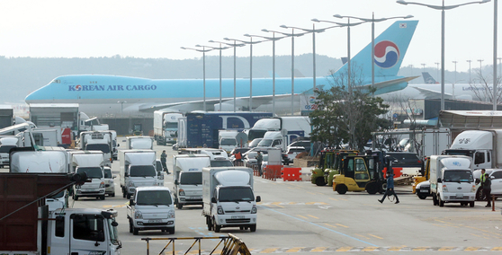 Cargo delivery trucks arrive at a cargo terminal of Incheon International Airport in Incheon earlier this month. [YONHAP]