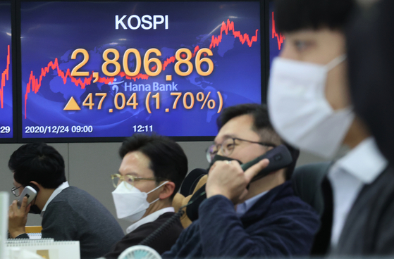 The trading room at Hana Bank in central Seoul on Thursday shows the Kospi index closed at 2,806.86, up 1.7 percent compared to the previous trading day. After starting off strong, the Kospi ended up breaking the 2,800-mark for the first time ever. [YONHAP]