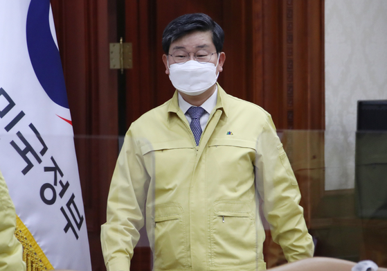 Newly appointed Interior and Safety Minister Jeon Hae-cheol attends a government meeting on Covid-19 measures on Thursday.  [YONHAP]