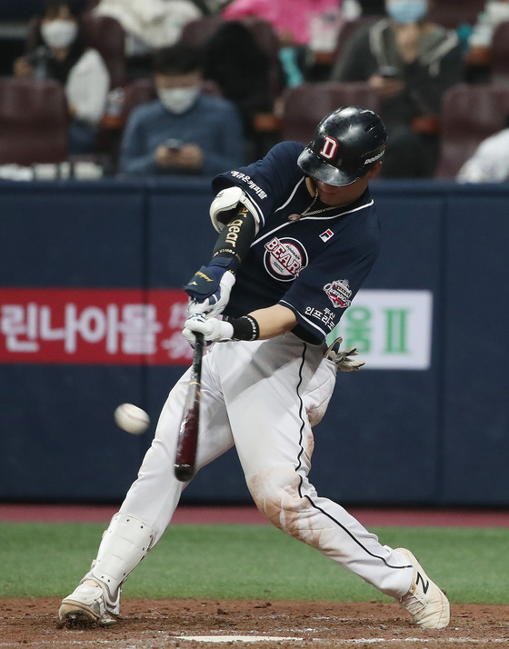 Park Sei-hyok of the Doosan Bears hits an RBI single during Game 1 of the Korean Series Games against the NC Dinos at Gocheok Sky Dome in western Seoul on Nov. 17. [NEWS1]