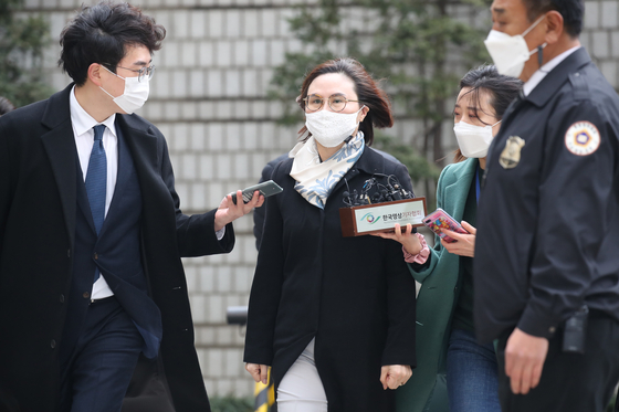 Chung Kyung-sim, the wife of former Justice Minister Cho Kuk, center, enters the Seoul Central District Court on Wednesday to attend a sentencing hearing on her trial. [WOO SANG-JO]