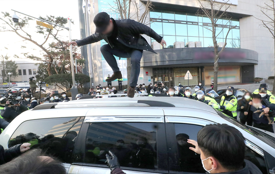 On the day of his release, people blocked the transport vehicle that Cho was riding to prevent Cho from going further while also damaging the vehicle. [YONHAP]