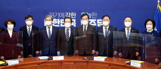 Democratic Party leader Lee Nak-yon, fourth from right, posing with government officials including Prime Minister Chung Sye-kyun, fourth from left, during a meeting between the ruling party and the government at the National Assembly on Sunday. [YONHAP]