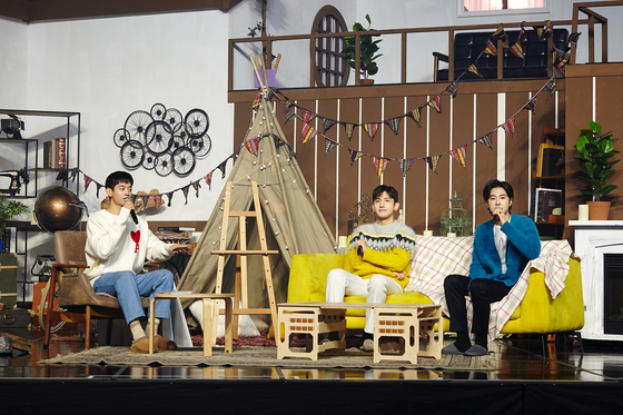 U-Know Yunho, far right, and Max Changmin, center, of the K-pop duo TVXQ, talking with rapper Minho of the boy band Shinee, left, in the duo's online fan meeting in celebration of the 17th anniversary of their debut on Saturday. [SM ENTERTAINMENT]