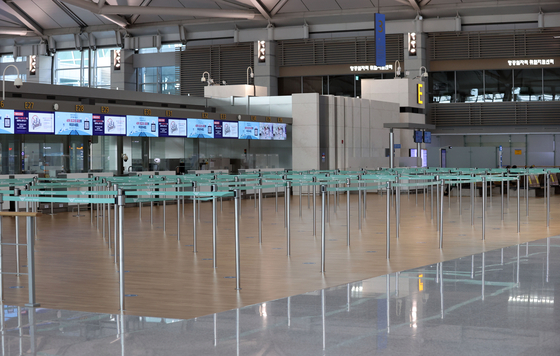 Incheon International Airport's Terminal 1 is eerily empty Sunday as Korea and countries across the globe see a spike in new Covid-19 cases. Some countries have been enforcing stricter travel restrictions amid reports of new coronavirus variants first detected in Britain and South Africa. [YONHAP]