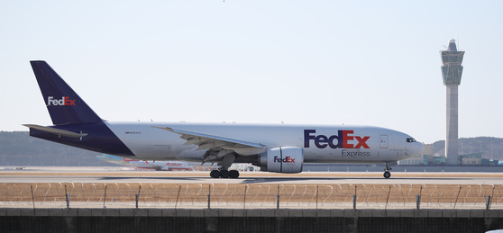 A cargo plane carrying Moderna's Covid-19 vaccines intended for the U.S. Forces Korea arrives at Incheon International Airport on Friday. [YONHAP]