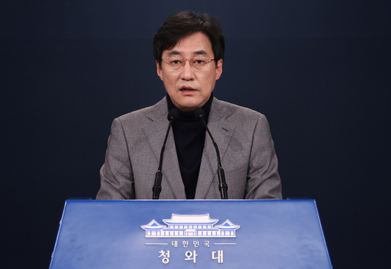 Blue House Spokesman Kang Min-seok on Friday delivers President Moon Jae-in's public apology for the disorder caused by the controversy over Prosecutor General Yoon Seok-youl's aborted suspension order. [YONHAP]