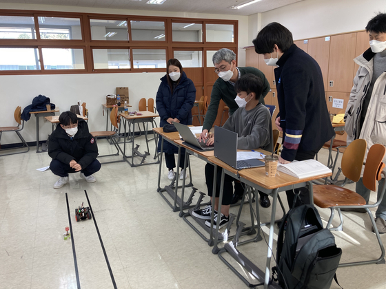 Prof. Lee Jeong-kyu and students experiment in a classroom at Chengshim International Academy, an international school in Gapyeong County, Gyeonggi, on Dec. 18. [BYUN JIE-WON]