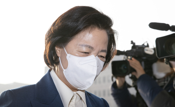 Outgoing Justice Minister Choo Mi-ae reports to work at her office in Gwacheon City, Gyeonggi, on Monday. [LIM HYUN-DONG]
