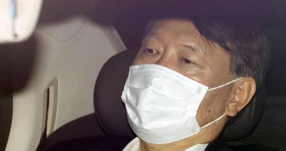 Prosecutor General Yoon Seok-youl, in his car, enters the Supreme Prosecutors' Office on Monday morning. [YONHAP]