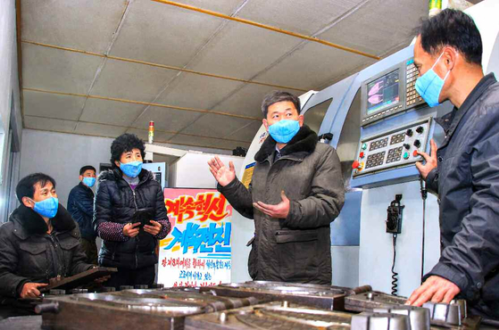 Workers at a shoe factory in Pyongyang are at work wearing masks last Friday. The Rodong Sinmun, North Korea's official party newspaper, disclosed a set of photos in a special feature about its elementary-level workers on Dec. 25. [NEWS 1]