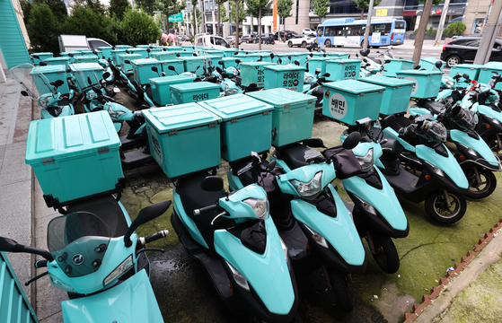 Baemin's delivery bikes parked in front of the delivery app's office in Gangnam District, southern Seoul, in August. [YONHAP]