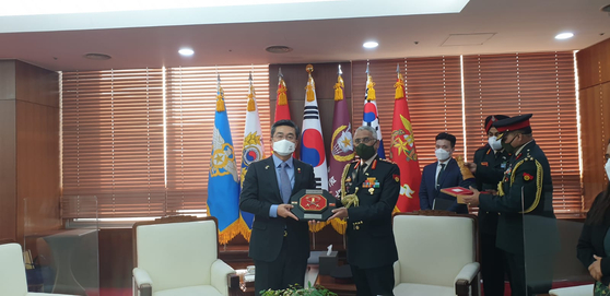 India's Chief of Army Staff General Manoj Mukund Naravane, right, meets with Korean Defense Minister Suh Wook at the ministry's headquarters in Seoul on Monday. It was the first visit by India's chief of army staff, and Gen. Naravane also met with Korea's Chairman of Joint Chiefs of Staffs General Won In-choul, and Defense Acquisition Program Administration Minister Kang Eun-ho, and paid tribute to the Indian veterans of the Korean War at the national cemetery of Korea. His visit runs through Wednesday, during which bilateral discussions on the framework of Korea's New Southern Policy and India's Act East Policy, as well as cooperation on Covid-19, will take place, according to the Embassy of India in Korea. [EMBASSY OF INDIA IN KOREA]
