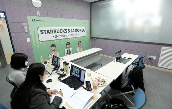 Starbucks Korea holds an online job fair with the international non-profit organization Junior Achievement (JA) to hire vocational high school graduates in the greater Seoul area. A total of 36 people were hired as Starbucks baristas as a result of the fair. [STARBUCKS KOREA]