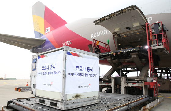 Sputnik 5 vaccines are being loaded on Asiana Airlines' OZ795 flight that took off from Incheon International Airport to Moscow Domodedovo Airport on Tuesday. [ASIANA AIRLINES]