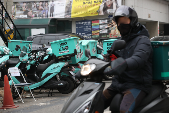 Baemin delivery bikes are parked on a street in Seoul on Tuesday, when the buy-four-meals-get-10,000-won ($9) government program started. While the plan was to only allow non-delivery meals, the government decided to include delivery services as social distancing restrictions have been tightened. [YONHAP]