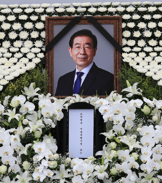 Portrait photo of late Seoul Mayor Park Won-soon at an altar set up in front of Seoul City Hall in July. [YONHAP]