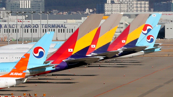Korean Air Lines and Asiana Airlines aircraft parked at Incheon International Airport on Dec. 17. [NEWS1]