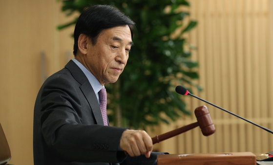 Bank of Korea Governor Lee Ju-yeol taps gavel at the Monetary Policy Committee meeting in March where the base rate was slashed by 0.5 percentage points to 0.75 percent in the face of the coronavirus. [NEWS1]