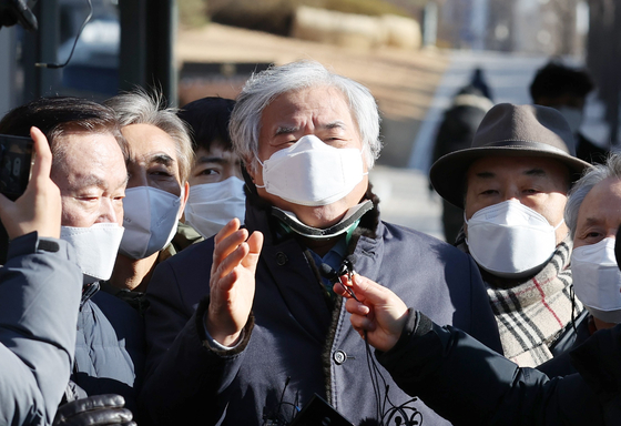 Rev. Jun Kwang-hoon calls his acquittal by the Seoul Central District Court on Wednesday a ″victory″ for the country, as he is released from custody. [YONHAP]