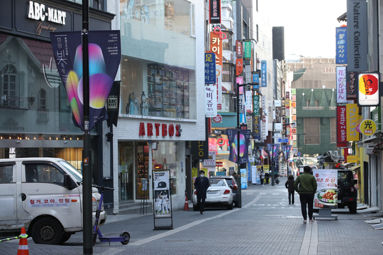 Streets in Myeong-dong remains empoty on Dec. 30 due to the strict social distancing that have been implemented since late November as the number of new infected cases hovering around 1,000. While the industrial output for November showed mild improvement, December's economic indicators may not be rosy. [YONHAP]