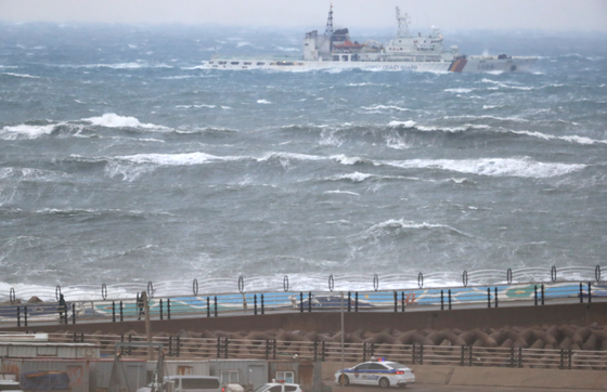 A marine police vessel searching the waters near Jeju Port on Wednesday morning for the seven missing fishermen. [YONHAP]