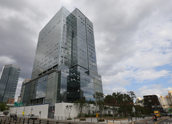 The new Big Hit Entertainment Headquarters building in Yongsan District, central Seoul, is currently undergoing construction. [YONHAP]
