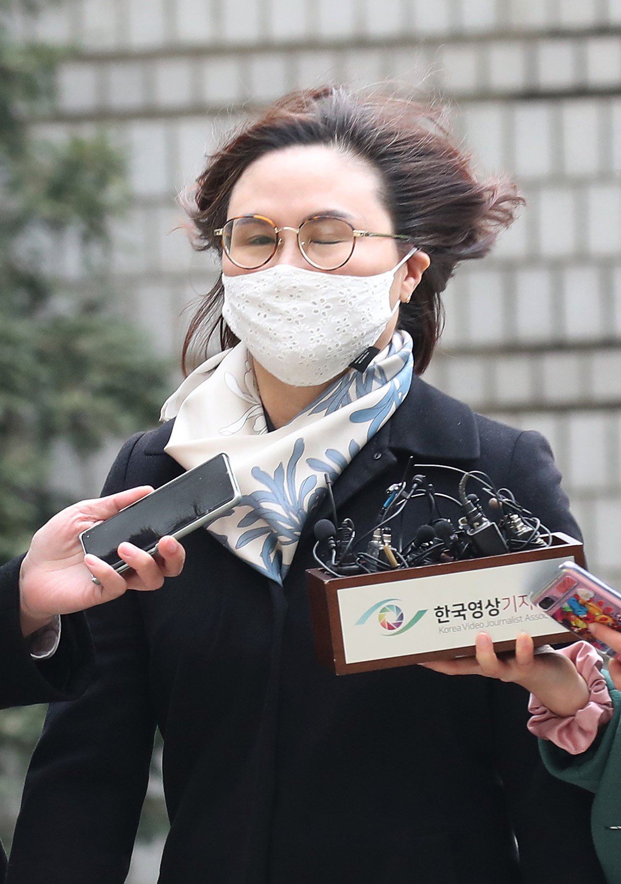 Chung Kyung-sim, the wife of former Justice Minister Cho Kuk, heads to court in Seoul on Dec. 23. [JOONGANG PHOTO]