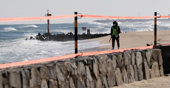 Gyeongmun Beach in Gangreung, Gangwon, is blocked off from entry due to Covid-19. Authorities are cordoning off all areas that tourists like to visit to see the New Year sunrise on Friday. [NEWS1]