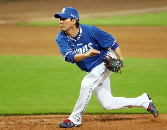 Samsung Lions pitcher Woo Kyu-min throws a pitch against the Kia Tigers at Kia Champions Field on June 21.  [YONHAP]