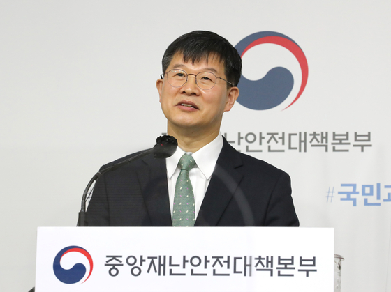 Lee Gi-il, the public health policies director of the Health and Welfare Ministry, holds a media briefing on Thursday at the government complex in Sejong.  [YONHAP]