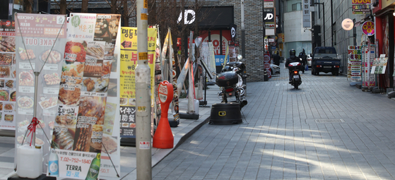 The restuarant street in Myeong-dong, Seoul, empty despite being a year-end on Dec. 30 due to the social distancing restrictions. Covid-19 has been cited as a major factor surpressing inflation. [YONHAP]