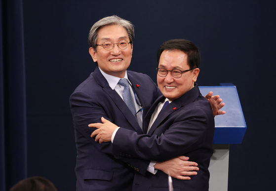 Outgoing Presidential Chief of Staff Noh Young-min, left, and his successor, You Young-min, hug after a press conference announcing the replacement at the Blue House on Thursday. [YONHAP]
