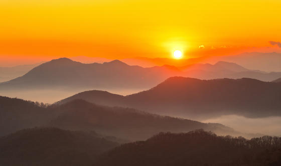 The scene of a magnificent sunrise captured from Yongamsa Temple on a mountain in North Chungcheong at daybreak on Dec. 31, 2020. [NEWS1]