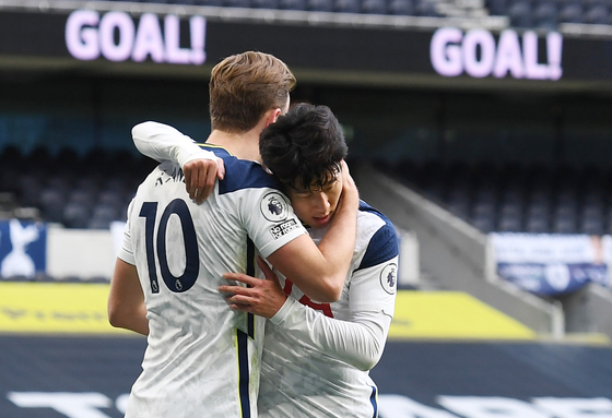 Son Heung-min and Harry Kane celebrate Son's goal against Leeds United at Tottenham Hotspur Stadium in London on Saturday. [REUTERS/YONHAP]