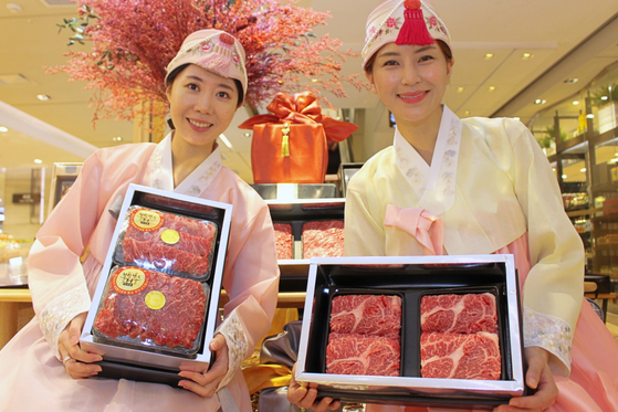 Models for Lotte Department Store pose with Korea beef gift packages. The department store said it will take orders for this year's Lunar New Year gift packages through Jan. 7. [LOTTE DEPARTMENT STORE]