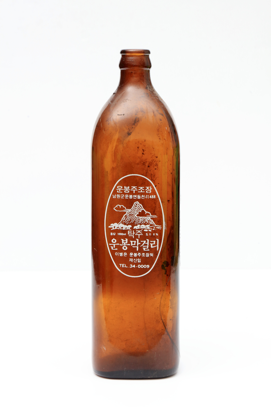 Makgeolli was produced in glass bottles in the 1980s, first by Unbong Brewery. [NATIONAL FOLK MUSEUM OF KOREA]