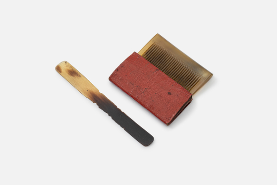 A comb and pouch made using ox horn and leather. [NATIONAL FOLK MUSEUM OF KOREA]