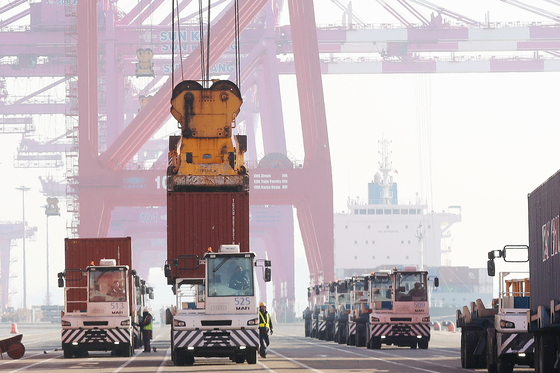 A container terminal in Incheon on Jan. 1. [NEWS1]