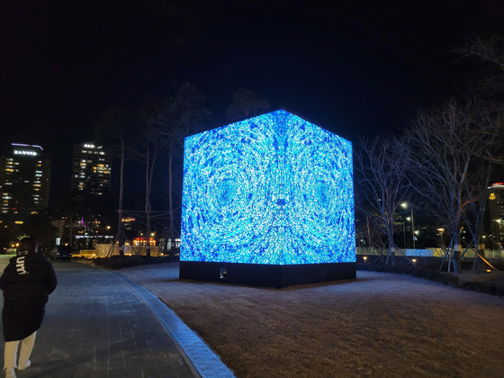 Kim Whanki's painting ″Universe″(1971) recreated as a cubic media art piece by Yiyun Kang, now on view outside the Lotte World Tower in eastern Seoul. [MOON SO-YOUNG]