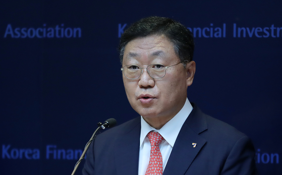 Nah Jae-chul, chairman of the Korea Financial Investment Association, speaks at a briefing in Yeouido, western Seoul, in July. [NEWS1]