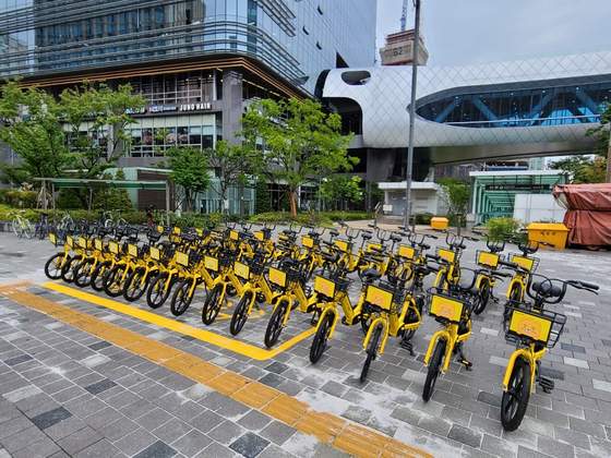 Kakao T bikes are parked in front of the Pangyo Station in Seongnam, Gyeonggi. [KAKAO MOBILITY]
